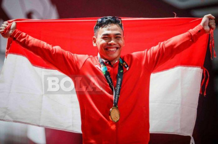 Selebrasi lifter Indonesia, Eko Yuli Irawan, saat berhasil meraih medali emas pada cabor Angkat Besi