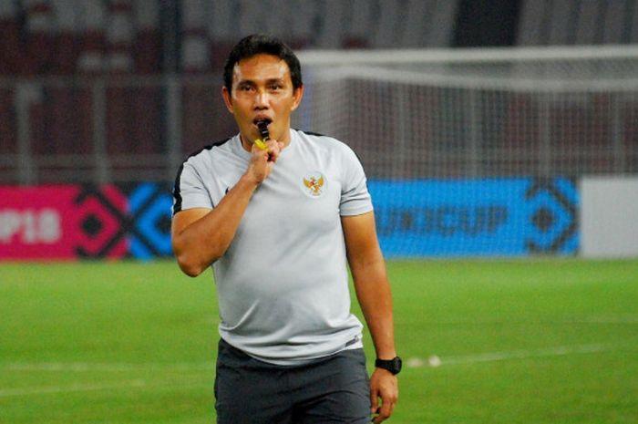 Pelatih Timnas Indonesia Bima Sakti menanti nasib dalam pertandingan Filipina kontra Thailand.