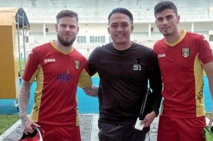 Agen pemain, Daniel Karamoy (tengah), bersama dua kliennya yang berkostum Mitra Kukar pada Liga 1 musim 2018, Danny Guthrie (kiri) dan Fernando Rodriguez (kanan).