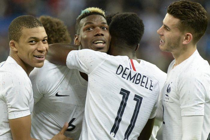 Gelandang tim nasional Prancis, Paul Pogba (tengah), mendapat ucapan selamat dari rekan-rekannya s