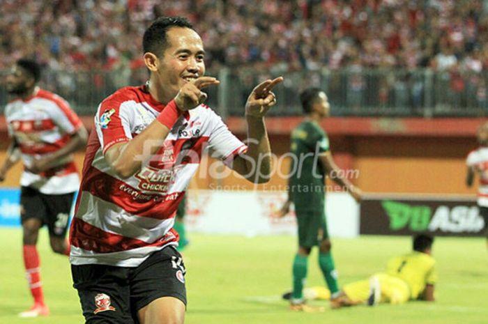 Playmaker Madura United, Slamet Nurcahyo, melakukan selebrasi seusai membobol gawang PS Tira pada l