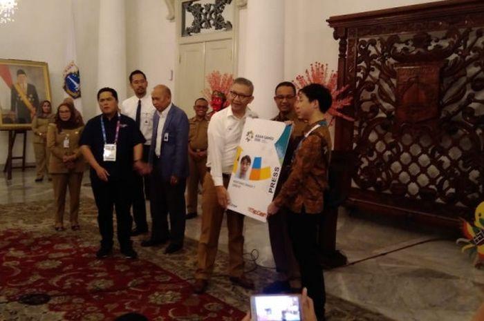 Acara prosesi penyerahan kartu gratis Transjakarta untuk wartawan peliput Asian Games 2018 di Balaikota DKI Jakarta, Senin, (13/8/2018).