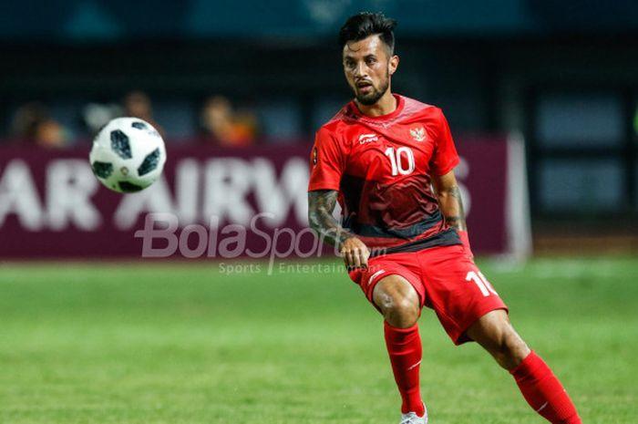 Gelandang tim nasional U-23 Indonesia, Stefano Lilipaly, dalam pertandingan Grup A cabang sepak bol