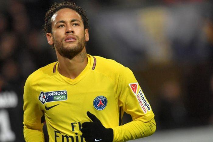 Ekspresi striker Paris Saint-Germain, Neymar, dalam laga semifinal Piala Liga Prancis kontra Rennes di Stadion Roazhon Park, Rennes, pada 30 Januari 2018.