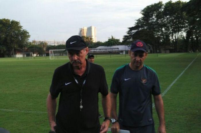 Pelatih Timnas Indonesia, Alfred Riedl (kiri), bersama asisten pelatih Wolfgang Pikal, usai memimpin