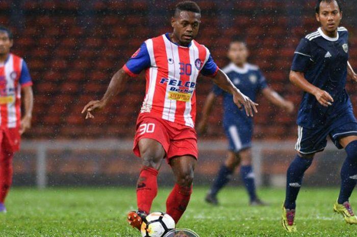 Aksi pemain asal Indonesia, David Laly bersama Felcra FC pada uji coba kontra MOF FC di Stadion Shah Alam, Selangor, Rabu (24/1/2018) petang.