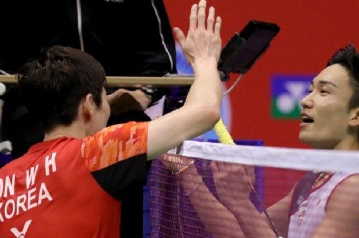 Pebulu tangkis tunggal putra Jepang, Kento Momota (kanan) bersalaman dengan Son Wan-ho (Korea Selatan) pada semifinal Hong Kong Open 2018 di Hong Kong Coliseum, Sabtu (17/11/2018).