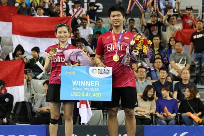 Pasangan ganda campuran Indonesia, Praveen Jordan/Debby Susanto, berpose di podium juara Korea Terbuka 2017 di SK Handball Stadium, Minggu (17/9/2017).