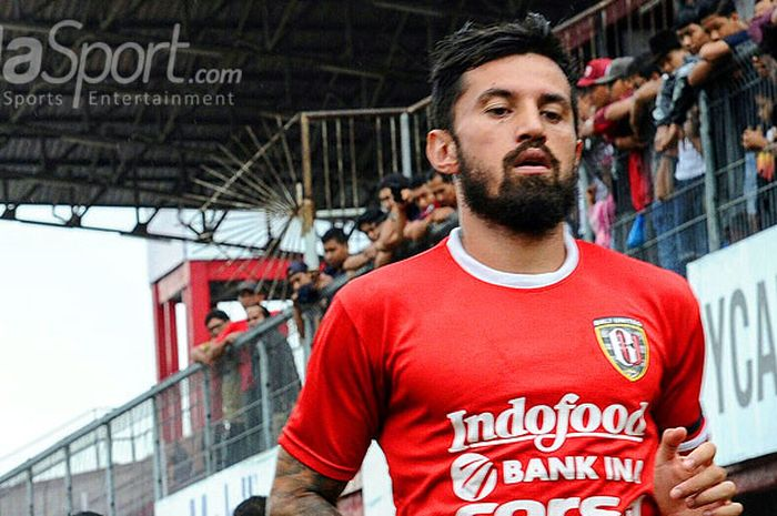 Gelandang Bali United, Stefano Lilipaly, saat berlatih bersama timnya di Stadion Kapten I Wayan Dipta, Gianyar, Sabtu (6/1/2018).