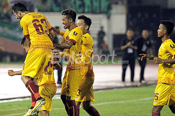 Pemain Sriwijaya FC saat merayakan gol Syahrian Abimanyu ke gawang Arema FC, pada laga babak 8 besar Piala Presiden 2018 di Stadion Manahan, Solo, Minggu (4/2/2018).