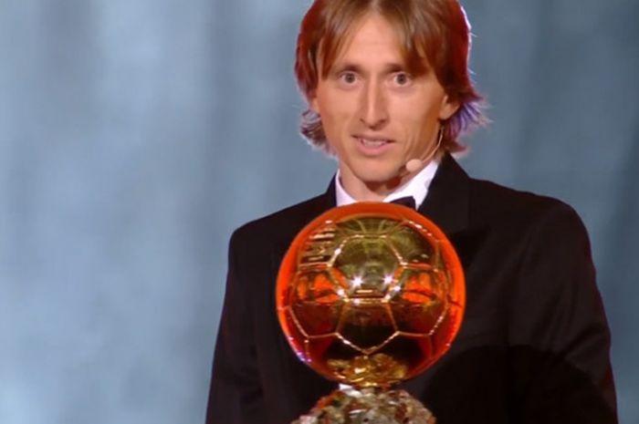 Pemain Real Madrid, Luka Modric, meraih penghargaan Ballon d'Or 2018 di Paris, Prancis, Senin (3/12/2018).