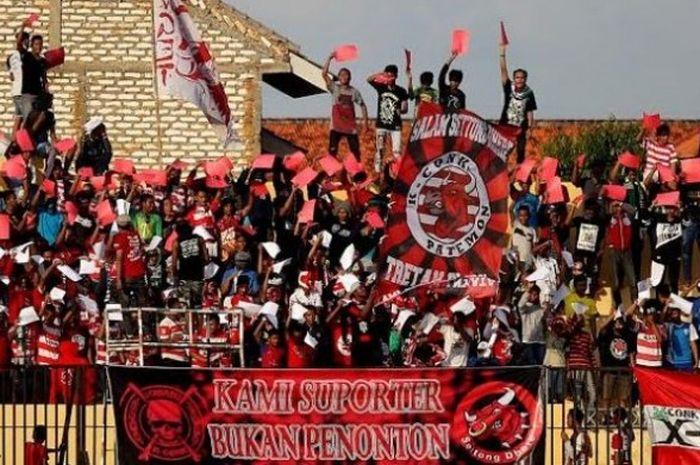 Salah satu ordo suporter Madura United, K-Conk Mania mendukung klub idolanya di Stadion Gelora Bangk