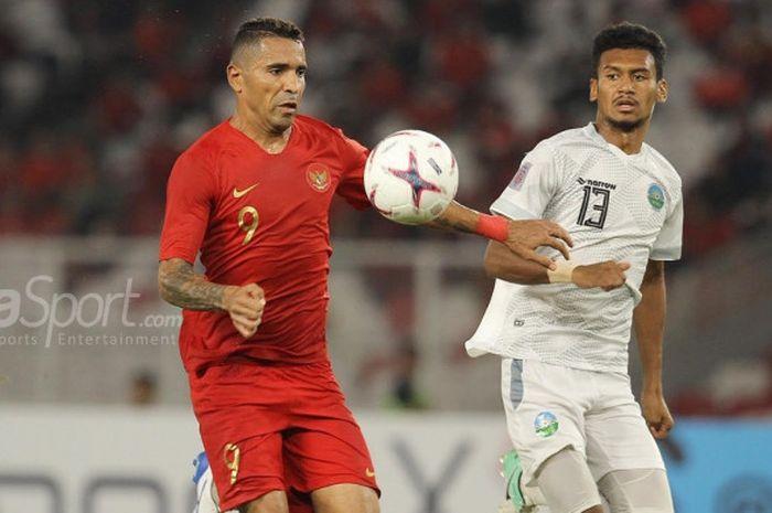 Penyerang timnas Indonesia, Alberto Goncalves dijaga ketat pemain timnas Timor Leste, Gumario Moreira pada laga kedua fase Grup B Piala AFF 2018, di Stadion Utama Gelora Bung Karno, Selasa (13/11/2018).