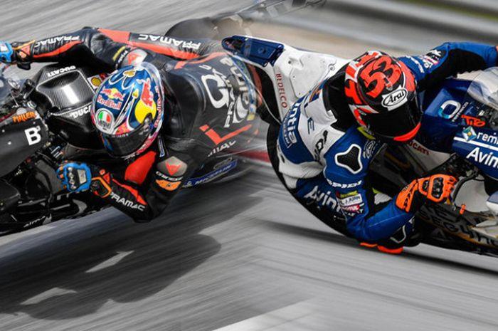 Pebalap Pramac Racing, Jack Miller (kiri), dan pebalap Avintia Racing, Esteve Rabat, memperbaiki catatan waktu terbaik mereka saat tes pramusim MotoGP  di Sirkuit Sepang, Malaysia (29/1/2018).