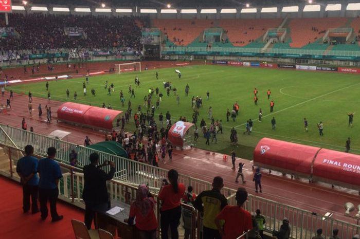 Suporter Persita Tangerang masuk ke dalam lapangan Stadion Pakansari saat laga kontra Kalteng Putra Selasa (4/12/2018)