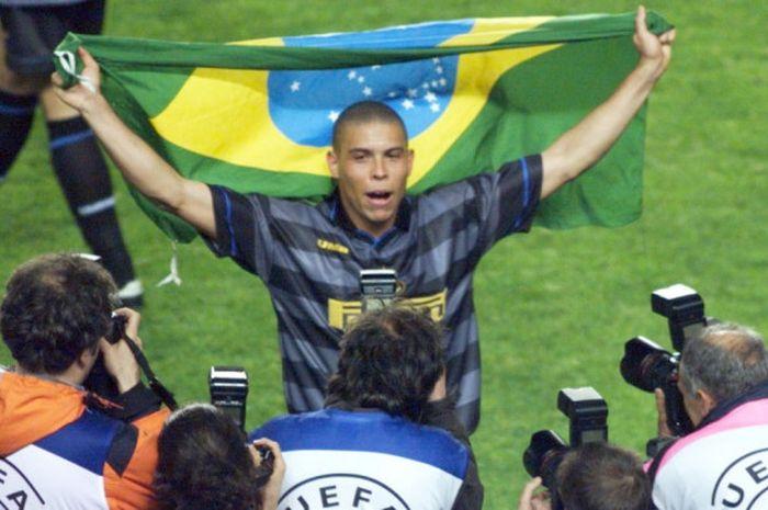 Striker Inter Milan, Ronaldo Luis Nazario de Lima, merayakan keberhasilan timnya memenangi Piala UEFA setelah mengalahkan Lazio dalam partai final di Stadion Parc des Princes, Paris, Prancis, pada 6 Mei 1998.