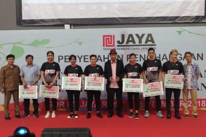 Atlet PB Jaya Raya peraih bonus Asian Games 2018 dalam acara penyerahan apresiasi di GOR PB Jaya Raya, Bintaro, Tangerang Selatan, Senin (3/9/2018).