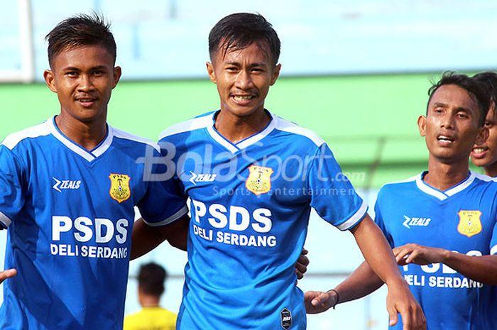 Pemain PSDS Deli Serdang merayakan gol saat melawan Medan Utama FC pada final Liga 3 Asprov PSSI Sumut di Stadion Teladan, Medan, Minggu (5/8/2018).