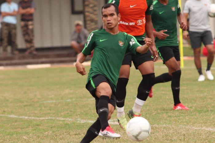 Riko Simanjuntak saat menjalani latihan bersama timnas Indonesia di Lapangan Babek, Jakarta Utara, Minggu (9/9/2018).
