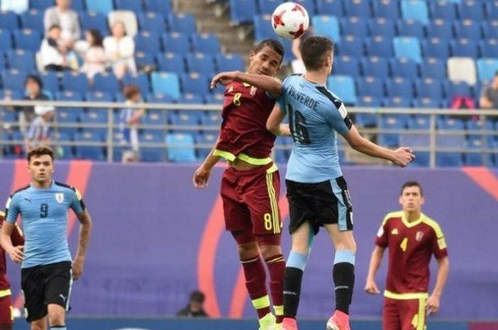 Kapten Venezuela, Yangel Herrera (kiri), berduel dengan gelandang Uruguay, Federico Valverde, pada laga semifinal Piala Dunia U-20 di Daejon pada 8 Juni 2017.