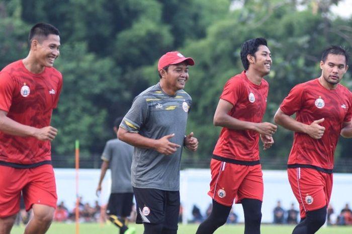 Pelatih kiper Persija Ahmad Fauzi (dua dari kiri) dan tiga kiper yakni Daryono (kiri), Rizky Darmawa
