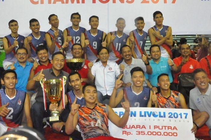Tim bola voli putra Surabaya Samator berpose setelah memastikan diri sebagai juara Livoli Divisi Utama 2017.