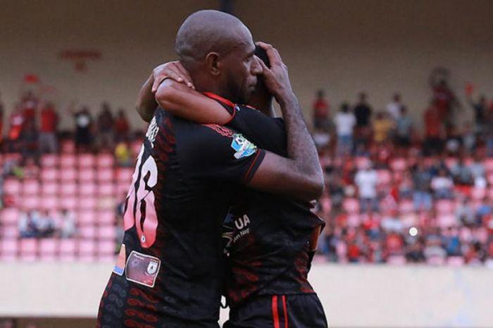 Selebrasi penyerang Persipura Jayapura, Boaz Solossa, seusai membobol gawang Barito Putera pada pertandingan lanjutan Liga 1 di Stadion Mandala, Jayapura, Sabtu (4/8/2018).