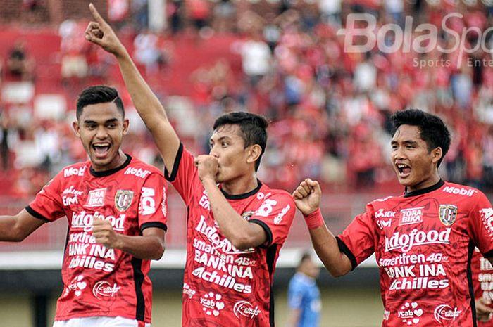 Penyerang Bali United, Martinus Novrianto (tengah), melakukan selebrasi seusai mencetak gol pertama