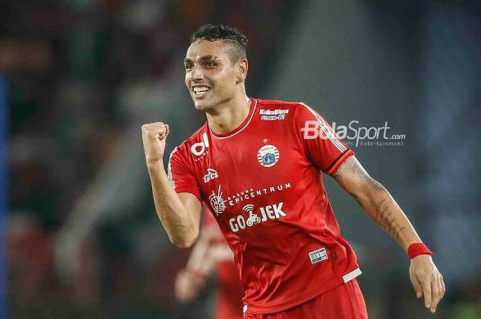 Bek Persija, Jaimerson da Silva, merayakan gol ke gawang Arema FC pada laga Liga 1 di Stadion Utam