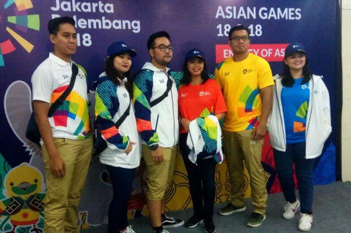 Sejumlah model memperagakan seragam volunteer untuk Asian Games 2018, di Kantor Inasgoc, Jakarta, Kamis (18/1/2018).