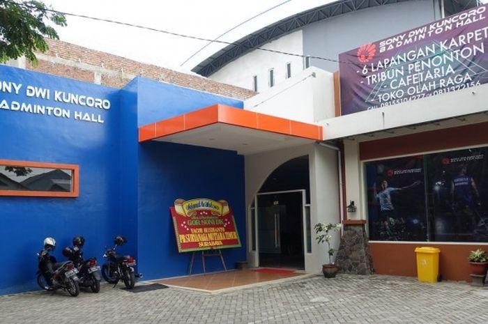 Tampak depan gelanggang olahraga (GOR) bulu tangkis milik Sony Dwi Kuncoro di Jalan Medokan Asri Tengah, Surabaya.