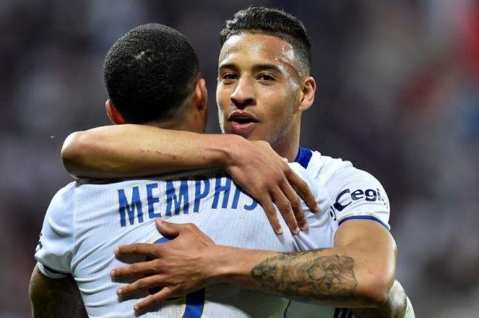Gelandang Olympique Lyon, Corentin Tolisso (kanan), merayakan gol yang dia cetak bersama Memphis Depay dalam laga Ligue 1 kontra Lorient di Stadion Parc Olympique Lyonnais, Prancis, pada 8 April 2017.