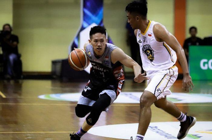 Pemain Stapac Jakarta, Abraham Damar Grahita (jersey hitam), saat berusaha melewati penjagaan pemain Satya Wacana Salatiga dalam laga IBL 2018/19 Seri Denpasar.