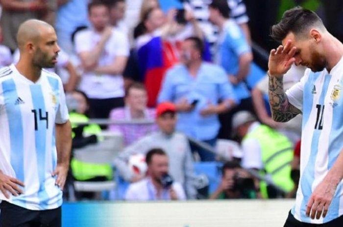 Javier Mascherano dan Lionel Messi tampak sedih seusai gawang Argentina dijebol Prancis pada laga 16 besar Piala Dunia 2018 di Kazan Arena, 30 Juni 2018.