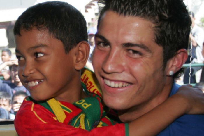 Martunis kecil bersama Cristiano Ronaldo