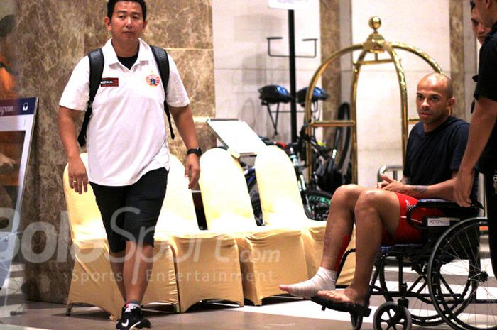 Pemain Persija Jakarta, Ivan Carlos, harus menggunakan  kursi roda di Hotel Aston Solo akibat cedera usai laga kontra Mitra Kukar, Minggu (4/2/2018).