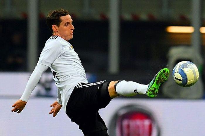 Gelandang timnas Jerman, Sebastian Rudy, berupaya mengontrol bola saat melawan Italia dalam laga uji coba di Stadion Giuseppe Meazza, Milan, pada 15 November 2016.