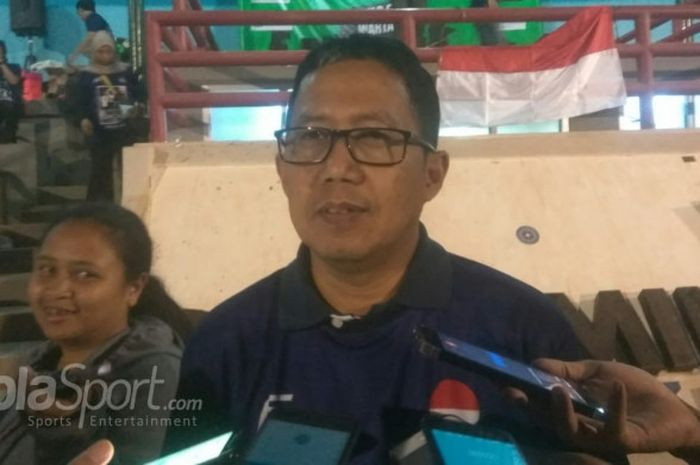 Wakil Ketua Umum PSSI Joko Driyono menjawab pertanyaan wartawan di Lapangan Pertamina Simprug, Jakarta, Sabtu (28/7/2018).