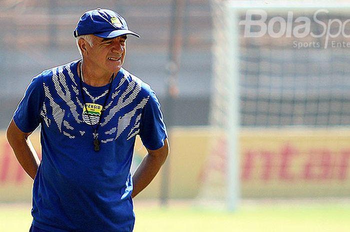 Pelatih Persib Bandung, Roberto Carlos Mario Gomez, saat memimpim latihan tim di Gelora Bung T
