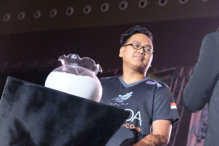 Kapten tim eSports Aerowolf Roxy, Afrindo'G'Valentino, mengambil undian pada acara drawing Mobile Legends Southeast Asia Cup 2018 di JIExpo Kemayoran, Kamis (26/7/2018) malam.