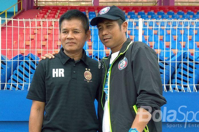 Pelatih Sriwijaya FC Hartono Ruslan dan Joko Susilo saat bertemu di Stadion Bumi Sriwijaya,  Palembang.