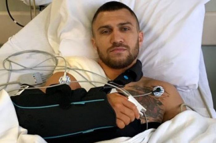 Petinju profesional asal Ukrania, Vasiliy Lomachenko, usai menjalani operasi pada Rabu (30/5/2018).