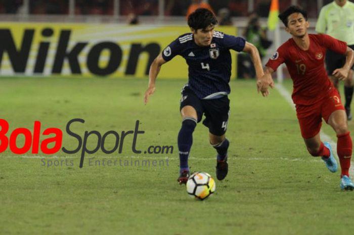 Penyerang timnas U-19 Indonesia, Hanis Saghara Putra (kanan) adu lari dengan bek timnas U-19 Jepang, Daiki Hashioka pada perempat final Piala Asia U-19 2018 di SUGBK, Jakarta, Minggu (28/10/2018).