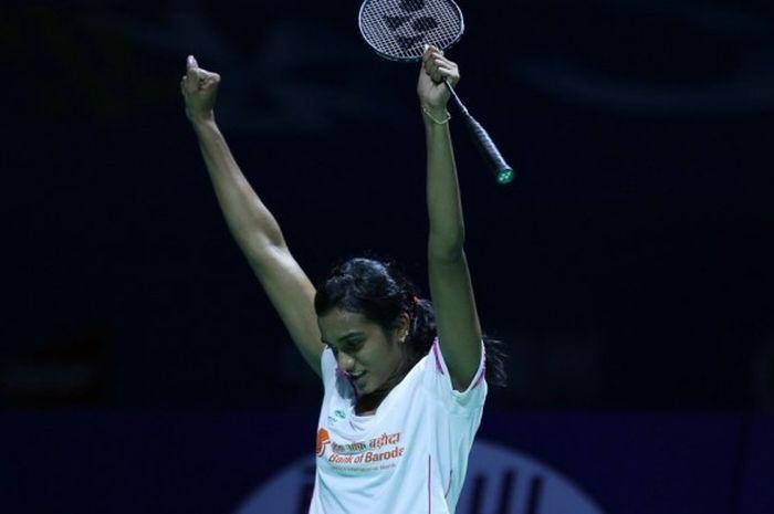 Pebulu tangkis tunggal putri India, PV Sindhu, melakukan selebrasi setelah mengalahkan pemain China, Sun Yu, pada babak final China Terbuka di Fuzhou, 20 November 2016.