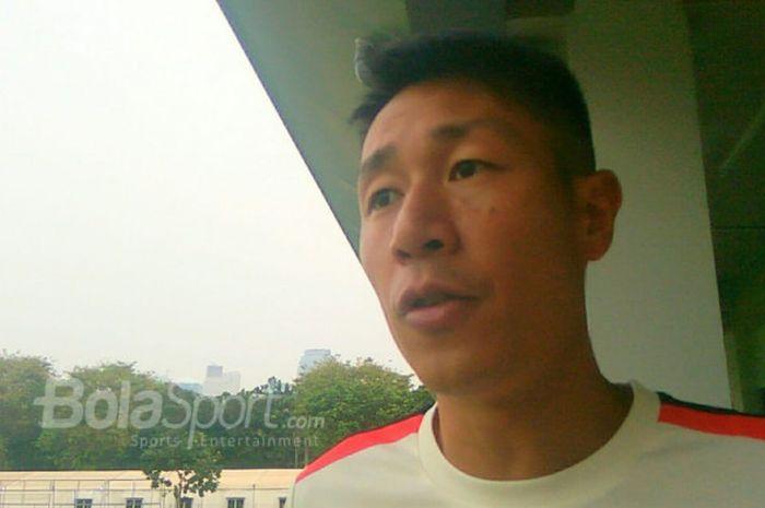 Pelatih timnas Hong Kong, Kwok Ka-lok menjawab pertanyaan BolaSport.com di Lapangan ABC, Senayan, Jakarta, Kamis (9/8/2018).