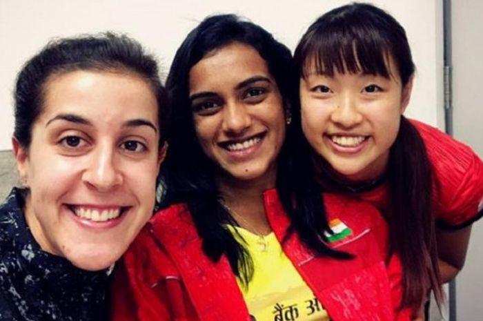 Keakraban Carolina Marin (kiri), Pusarla V. Sindhu (tengah), dan Nozomi Okuhara (kanan) di tengah gelaran Japan Open Superseries 2017.