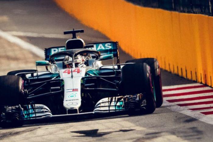 Pebalap Mercedes Lewis Hamilton merebut pole position  pada sesi kualifikasi F1 GP Singapura di Sirkuit Jalan Raya Marina Bay, Singapura, Sabtu (15/9/2018).