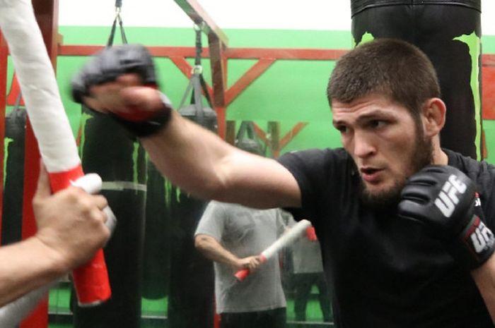 Khabib Nurmagomedov menjelaskan analisisnya tentang keterlibatan pihak UFC dalam kasus perusakan bus yang dilakukan oleh Conor McGregor jelang laga UFC 223 kala itu.