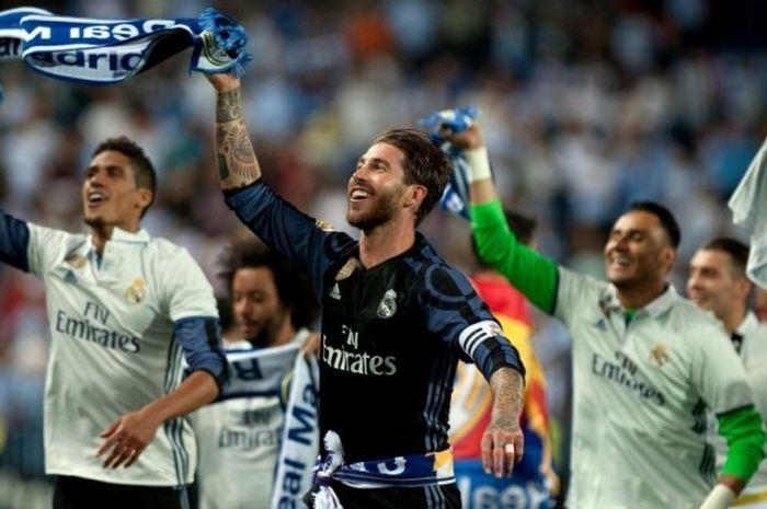 Para pemain Real Madrid merayakan kesuksesan menjuarai La Liga 2016-2017 seusai menekuk Malaga di Stadon La Rosaleda, Malaga, 21 Mei 2017.