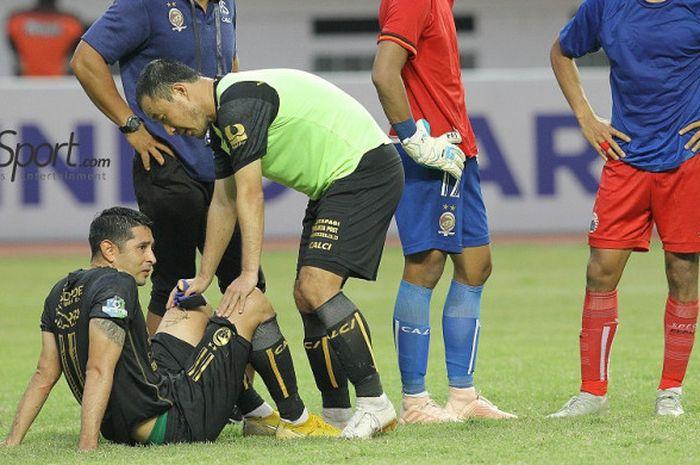 Gelandang Sriwijaya FC, Esteban Vizcarra meratapi kekalahan dari Persija Jakarta di Stadion Wibawa Mukti, Cikarang,  Sabtu (24/11/2018).